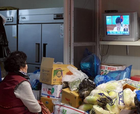 박근혜 전 대통령 관련 뉴스를 시청하는 군산 전통시장 채소가게 주인