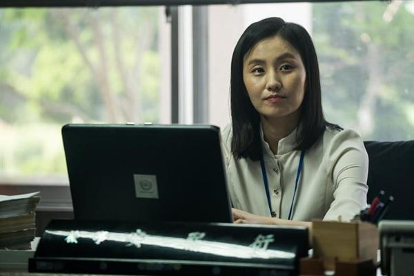 영화 <더 킹> 속 김소진이 맡은 안희연 검사의 모습.
