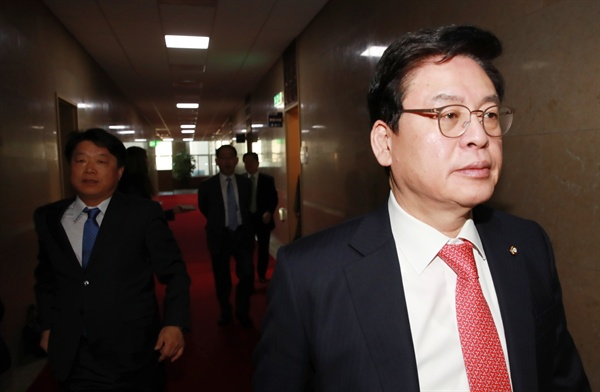 자유한국당 정우택 원내대표가 지난 15일 오전 국회 귀빈식당에서 개헌안 관련 논의를 마친 뒤 떠나고 있다.
