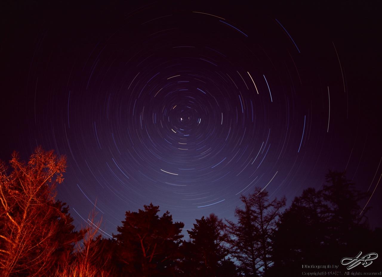 인제의 밤하늘 일주 사진. 북극성을 중심으로.