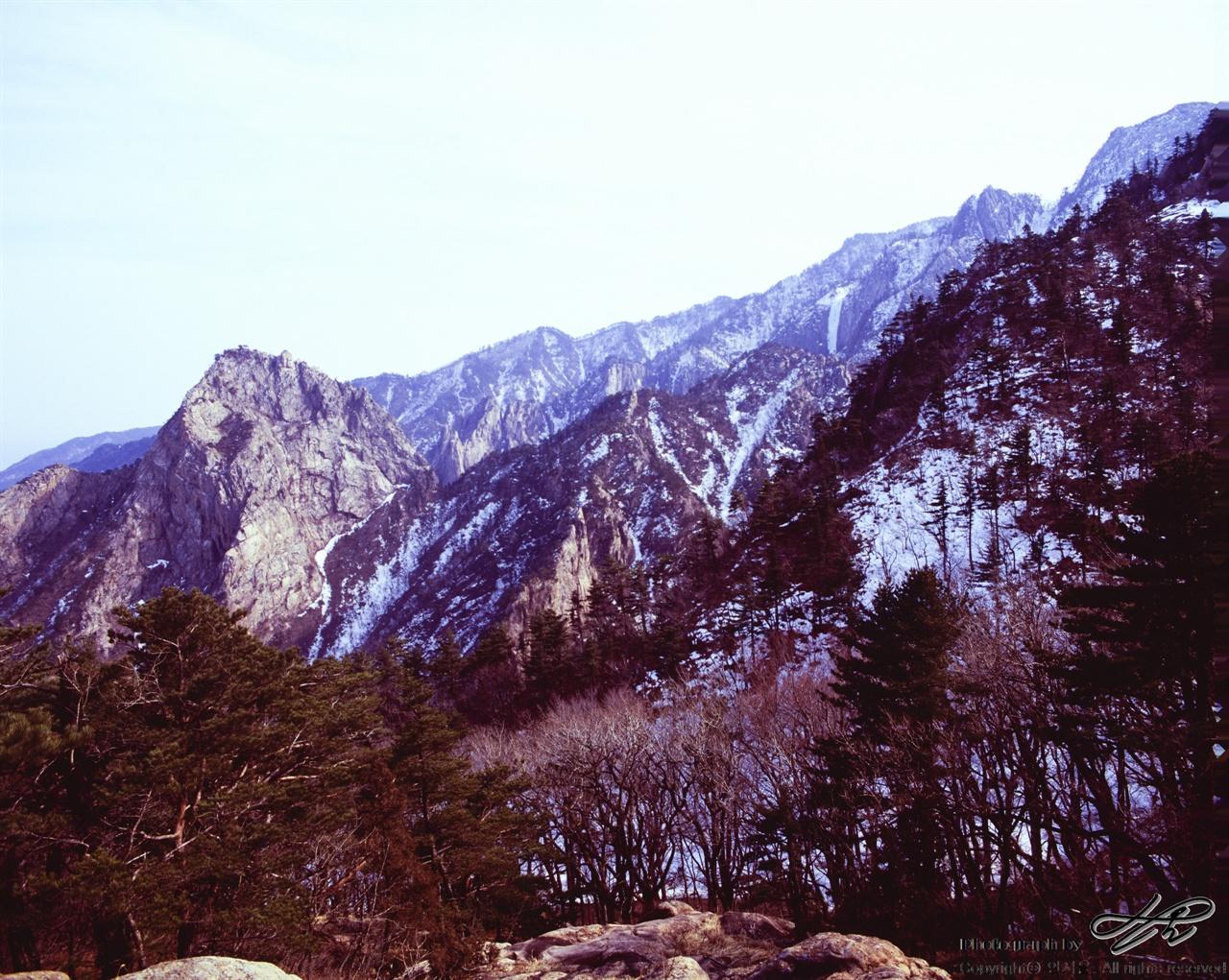 노적봉과 토왕성폭포 사진 오른쪽 상단에 얼어붙은 물줄기는 토왕성폭포이다. 높은 곳에서 저만한 규모의 폭포라니, 가을 쯤 꼭 다시 와보고싶었다. 토왕성폭포는 전망대까지만 등산로가 나있다.