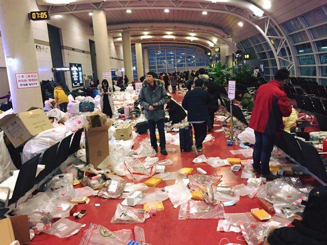 중국인들이 버리고 간 쓰레기로 더렵혀진 제주공항 출국장