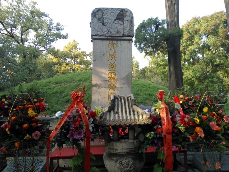 문화혁명 시절 파헤쳐진 공자 무덤과 깨진 비석