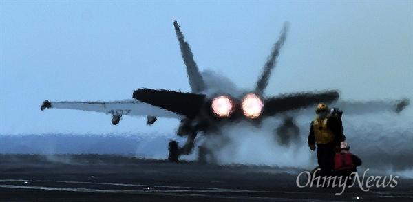 한미연합훈련인 독수리훈련(FE)과 키리졸브(KR) 훈련이 역대 최대 규모로 진행 중인 14일 한반도 동남쪽 공해상에 도착한 미국 제3함대 소속의 핵항공모함인 칼빈슨호 비행갑판에 F/A-18 전투기가 이륙하고 있다.