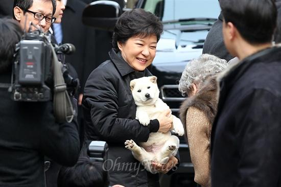 취임식날, 진돗개 선물에 활짝 웃는 박근혜 전 대통령.