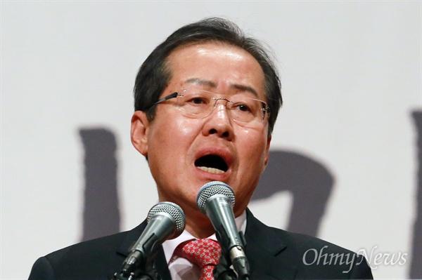 지지호소하는 홍준표 17일 오후 서울 영등포구 63빌딩 그랜드볼룸에서 열린 '자유한국당 제19대 대통령후보선거 후보자 비전대회'에서 홍준표 후보가 정견을 발표하며 지지를 호소하고 있다.