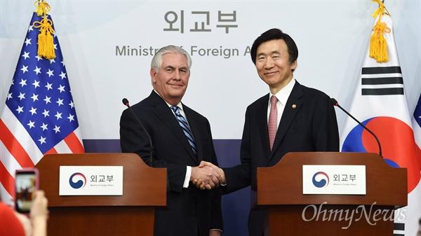 윤병세 외교부 장관과 렉스 틸러슨 미 국무장관이 17일 오후 서울 세종로 외교부 브리핑룸에서 공동기자회견을 하고 있다.