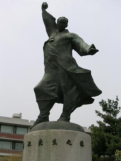 김창숙 동상. 서울시 종로구 명륜동의 성균관대학교에서 찍은 사진