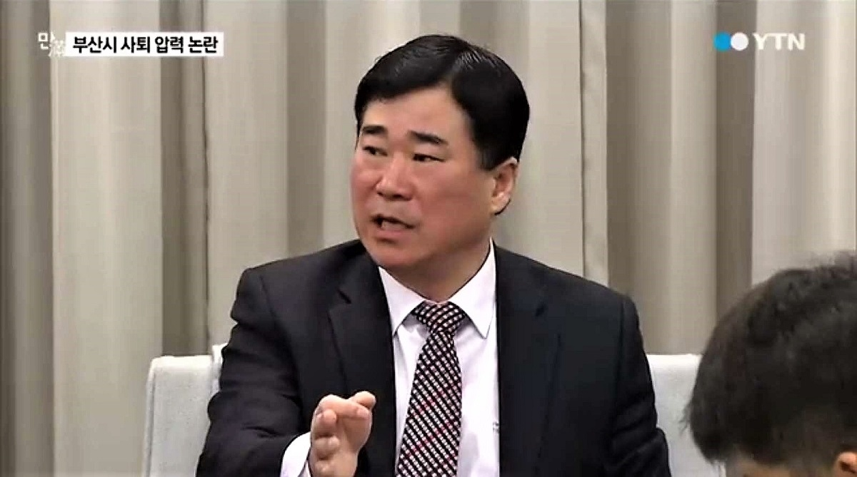 2015년 1월 부산영화제 이용관 집행위원장 사퇴 종용 논란에 대해 기자회견을 통해 해명하고 있는 당시 정경진 부산 부시장