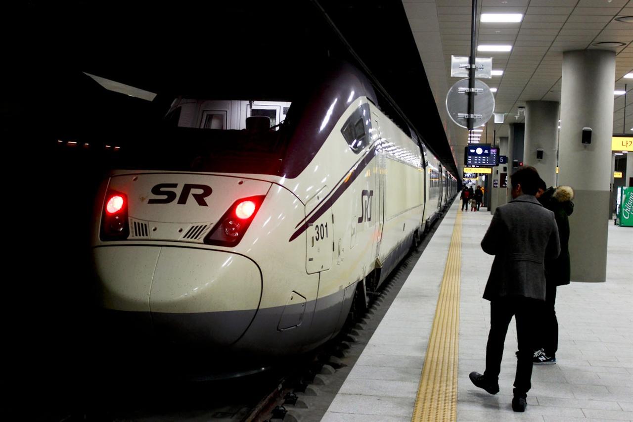 수서역 승강장에서 대기하고 있는 SRT 열차.