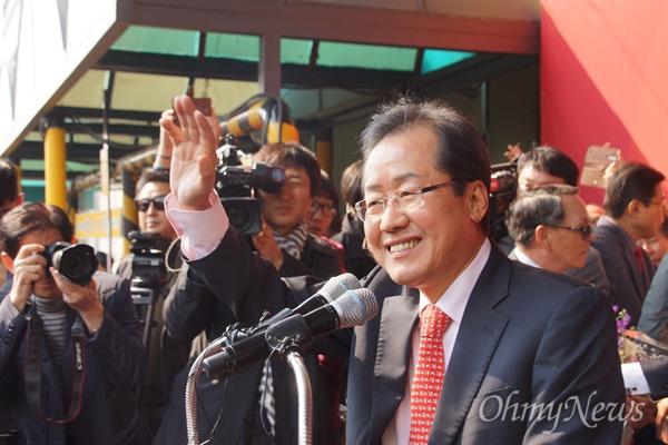 홍준표 경남도지사가 18일 오후 대구 서문시장에서 열린 대선출정식에서 시민들을 향해 손을 들어 인사하고 있다.