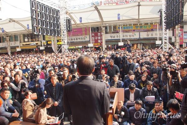 홍준표 경남도지사가 18일 오후 대구 서문시장에서 대선 출정식을 가진 가운제 많은 시민들이 모여 홍 지사를 연호했다.
