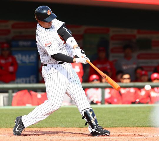 올시즌 홈런왕 후보로 꼽히는 이대호는 롯데의 가을 잔치 진출을 이끌 수 있을까?