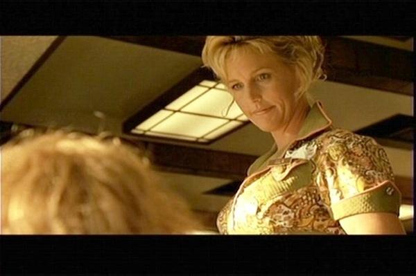 에린 브로코비치 영화 <에린 브로코비치>에 식당 종업원으로 까메오 출연한 에린 브로코비치. 그녀 가슴에 주연배우 줄리아 로버츠를 뜻하는 '줄리아'란 명찰이 달려 있다.