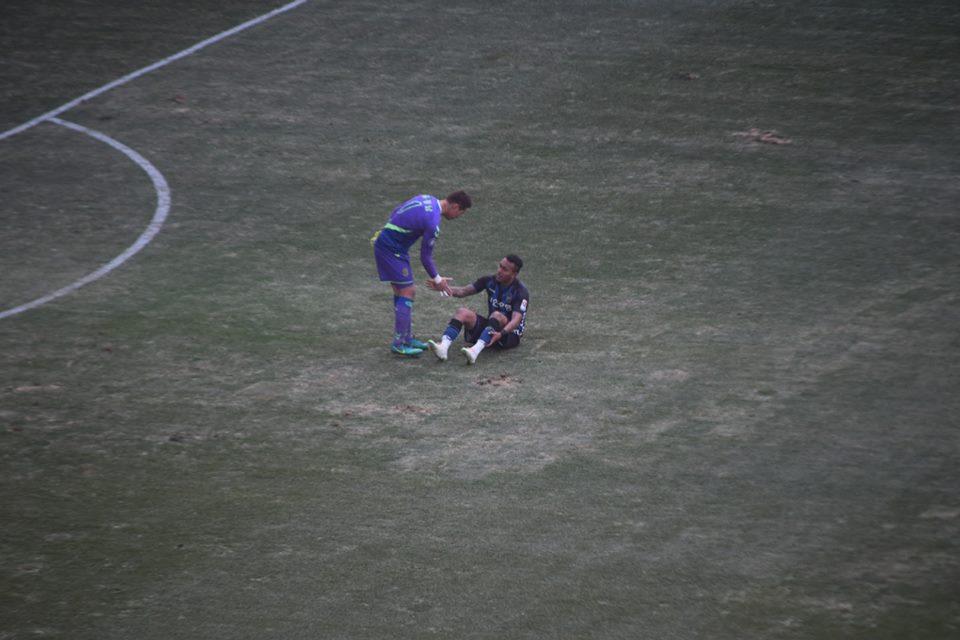 종료 직후 전북 골키퍼 홍정남이 인천 유나이티드 웨슬리에게 다가와 먼저 손을 내밀어 일으켜주고 있다.