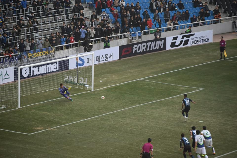 72분, 인천 유나이티드 웨슬리의 오른발 페널티킥을 전북 골키퍼 홍정남이 오른쪽으로 쓰러지며 막아내는 순간