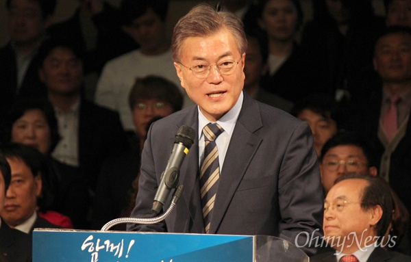 문재인 더불어민주당 대선 예비 후보가 19일 오후 부산항국제여객터미널에서 열린 부산선대위 발족 기자회견에서 발언하고 있다.