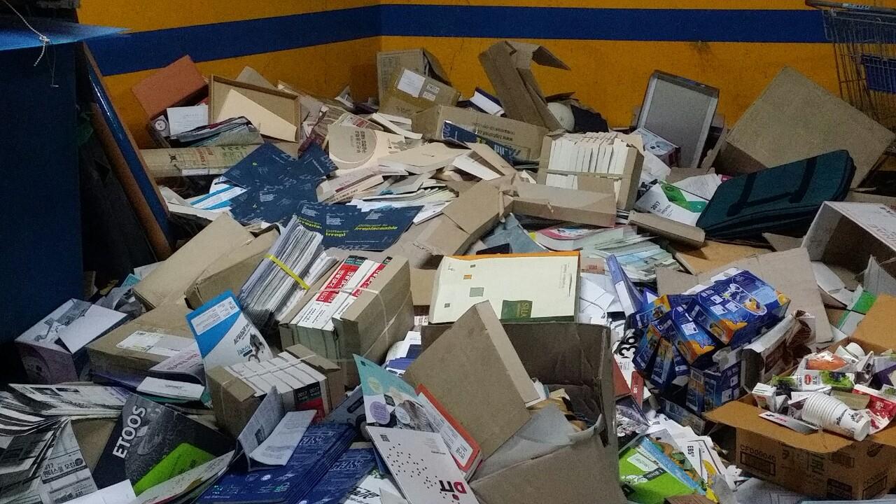 부산의 한 고등학교에 버려져있는 책들이다. 교과서를 비롯해 많은 새 책들이 한 번도 펼쳐지지 않은 채 버려져 있다. 아직 묶음을 채 풀지 않은 책들도 보인다.