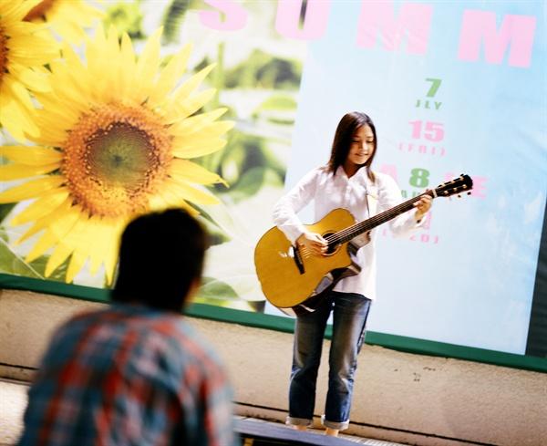 태양이 지면 태양을 노래하는 해바라기 '카오루'.