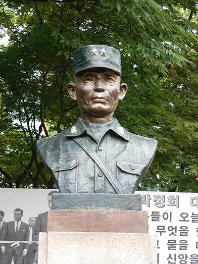 서울시 영등포구 문래근린공원에 있는 박정희 흉상.