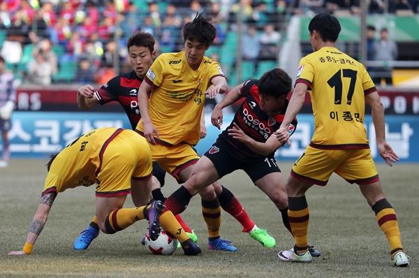 지난 12일 경북 포항스틸야드에서 열린 K리그 클래식 포항스틸러스와 광주FC의 경기. 양팀 선수들이 치열한 몸싸움을 하고 있다.