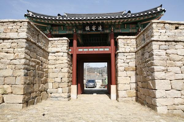 원기루 남문 누각인 원기루. 면천읍성은 세종 21년인 1439년 11월에 왜구의 침입을 막기 위해 쌓은 성이다