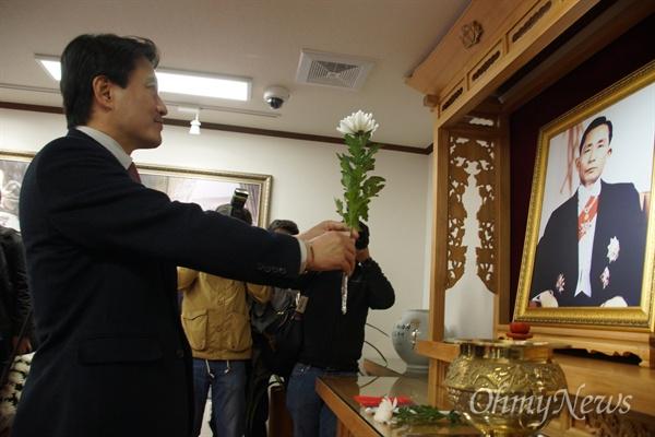 김진태 자유한국당 국회의원이 20일 오전 박정희 전 대통령 생가 추모관에서 영정 앞에 국화꽃을 바치고 있다.