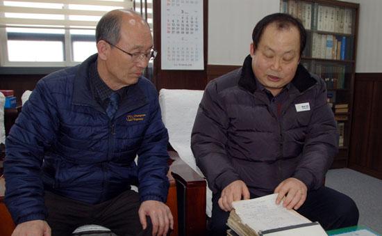 충남고속 박상혁 전무와 정지윤 이사가 옛날 장부를 펼쳐보며 정비공장의 역사를 설명하고 있다.