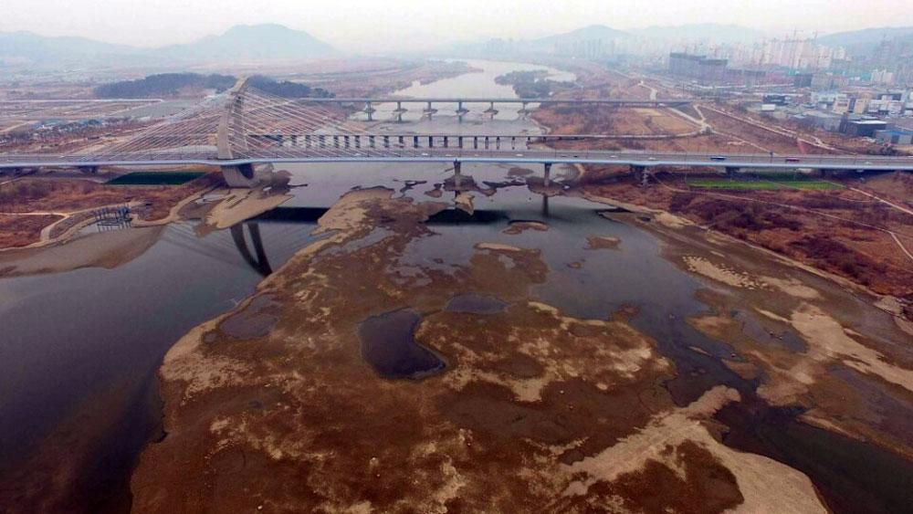 물 빠진 세종보 상류. 세월호 노란우산 프로젝트 서영석씨가 드론을 띄워 항공촬영을 해주었다.
