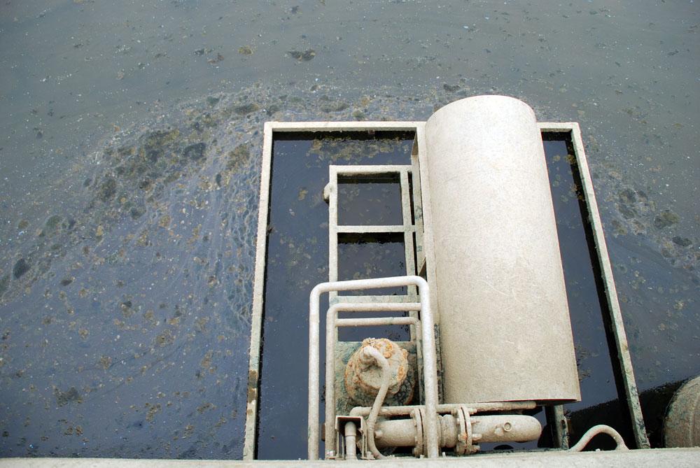 공기 방울을 내뿜는 시설물인 폭기 시설물에 녹이 슬고, 주변에 녹조류 사체가 득시글하다.