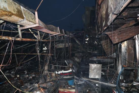 소래포구어시장 화재 18일 새벽 소래포구 어시장에 대형화재가 발생해 좌판 332개 중 239개와 횟집과 주택, 창고 등 24개가 불에 타 잿더미로 변했다.
