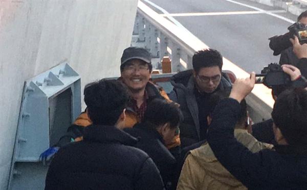 진주 삼성교통노조 김영식 대의원이 지난 2일부터 김시민대교 주탑에 올라가 고공농성을 벌이다 17일 오후 내려왔다.