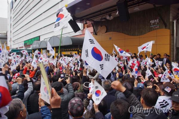 김진태 자유한국당 국회의원이 20일 서문시장을 방문하자 태극기를 든 지지자들이 도로를 가득 메웠다.