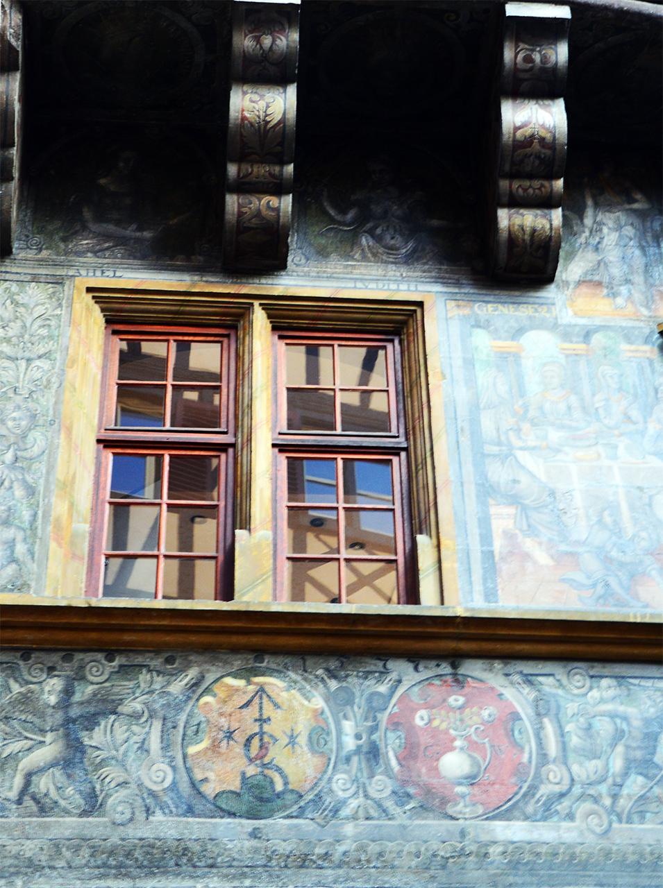 메종 피스테르의 벽화. 성경에 나오는 인물들과 독일 황제가 묘사되어 있다.
