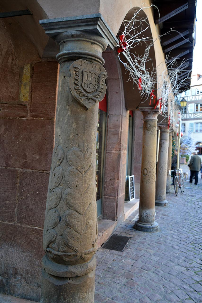 메종 아돌프의 돌기둥. 붉은 사암으로 만든 기둥이 1704년에 만들어졌음을 밝히고 있다.