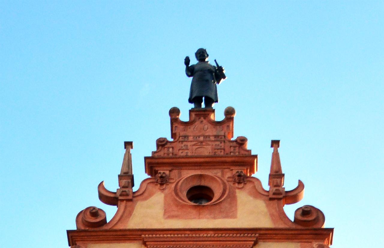 와인 배럴 만드는 사람. 바르톨디가 만든 이 인물상은 이곳이 와인 거래소였음을 알려준다.