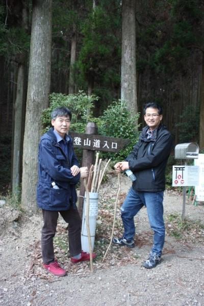 일본 쓰시마 가네다성 입구의 등산로 지팡이, 안종천 지리학 박사와 양인수 공학박사가 재미나다고 인증사진을 한장 부탁했다