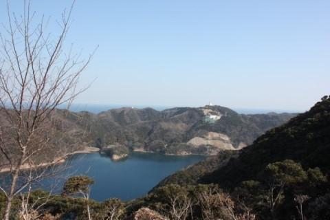 일본 쓰시마 반대편 해상자위대 막사가 보인다