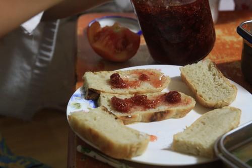 아이들하고 함께 훑은 들딸기로 졸인 딸기잼. 집에서 손수 구운 빵에 올려서 먹는 들딸기잼 맛이란! 올해에는 '산딸기 크림 봉봉'도 마련해 보려고 합니다.