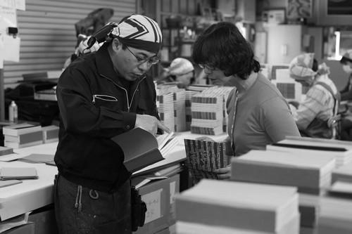 미스즈도 이나 제본소에서 책을 살피는 다니카와 메구미 님. 1인 출판사는 편집 디자인뿐 아니라 인쇄 제본도 모두 살피기에 책마을을 더 넓게 헤아리며 새로 배우기도 한다.