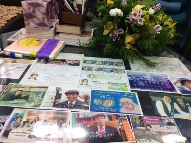 연구실 탁자를 장식하고 있는 선생님의 방송 출연 사진들