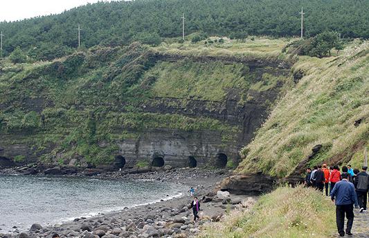 어뢰정 기지를 건설하기 위해 송악산 해안 절벽에 파놓은 굴.