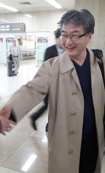미국 측 북핵 6자회담 수석대표인 조셉 윤 국무부 대북정책 특별대표가 20일 밤 김포공항에 도착해 주한미국대사관 관계자들과 인사를 나누고 있다.