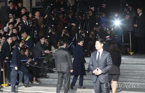 뇌물수수 등 13가지 혐의를 받고 있는 박근혜 전 대통령이 21일 오전 서울 서초동 서울중앙지검에 피의자 신분으로 출석하고 있다.