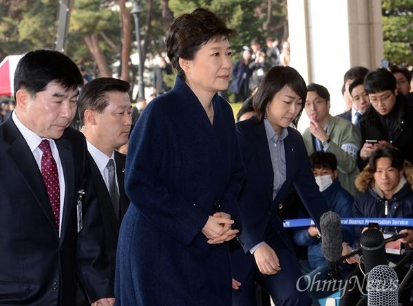 21일 오전 박근혜 전 대통령이 조사를 받기위해 경호원을 대동하고 서울중앙지검 청사에 들어서고 있다.