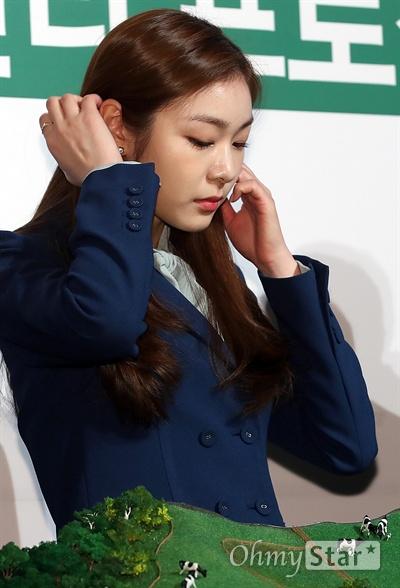 김연아, 친환경 평창올림픽을 위해! 21일 오전 서울 을지로의 한 빌딩에서 열린 <친환경 2018 평창올림픽 개최를 위한 통합적 수자원 관리 프로젝트 협약식>에서 평창올림픽 홍보대사인 김연아 전 피겨선수가 머리카락을 넘기고 있다.