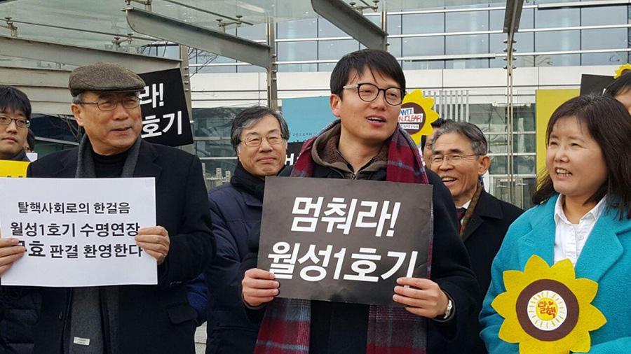 월성원전 1호기 수명연장 무효 소송 승소 후 함께한 변호사, 활동가들과 기쁨을 나누고 있는 이상홍 국장(가운데)