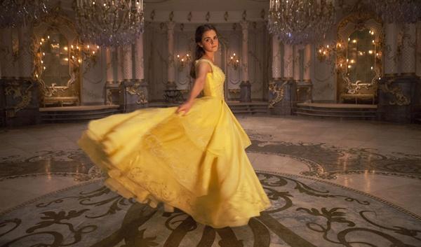 <미녀와 야수>의 한 장면. 엠마 왓슨은 주인공 '벨' 역할을 맡아 매혹적인 모습을 선보인다.