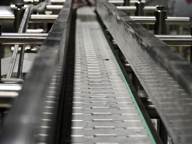 세계노동기구의 '산업보건서비스의 5가지 원칙'에 따르면 회사는 노동자가 어깨나 허리가 아프지 않을 정도로 컨베이어 속도를 조절해야 한다. 하지만 현실에서는 노동자가 컨베이어 속도에 맞추느라 질병을 얻는다.