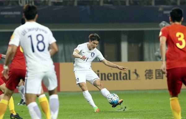 지난 23일 중국 후난성 허룽스타디움에서 열린 2018 러시아월드컵축구 아시아 지역 최종예선 6차예선 A조 한국과 중국의 경기에서 한국 지동원이 슈팅을 하고 있다.